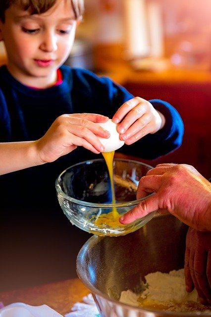 dziecko pomoc kuchnia